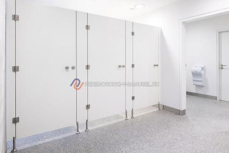 Белые сантехнические перегородки для туалета после установки