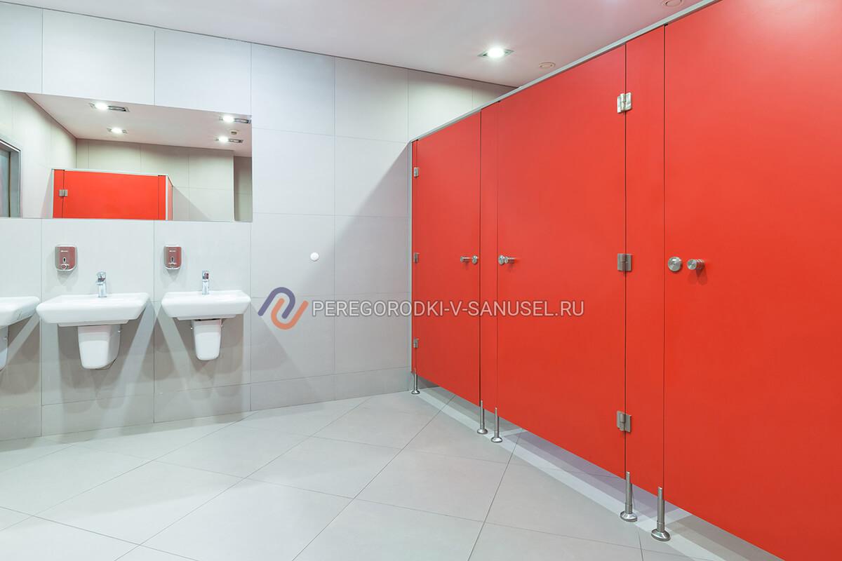 Туалетные перегородки в общественном санузле